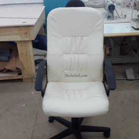 обтяжка кресла белой эко-кожей фото